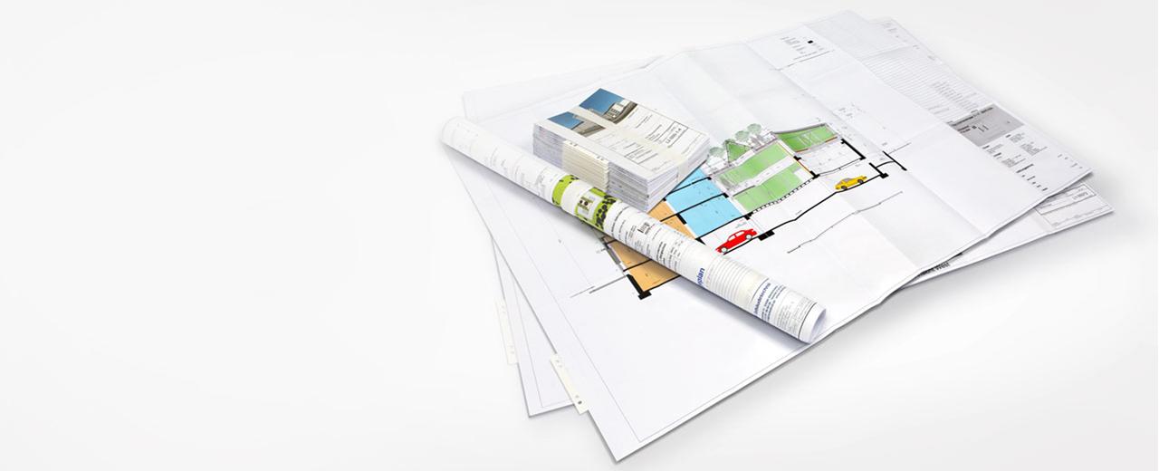 Planplot Eine Ansicht von gerollten und gefalteten Bauzeichnungen