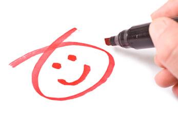 Kundenzufriedenheit Ein Filzstift zeichnet einen Smiley