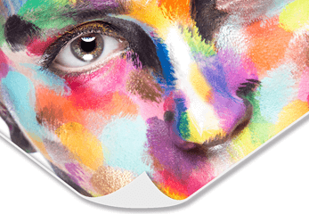 Ein bunt geschminktes Gesicht auf Papier
