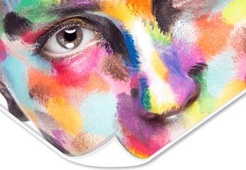 Ein bunt geschminktes Gesicht auf Folie