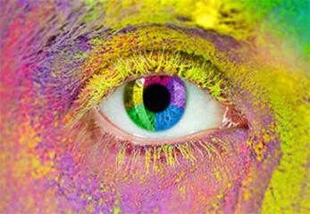 Das Farbspektrum spiegelt sich in einem Auge