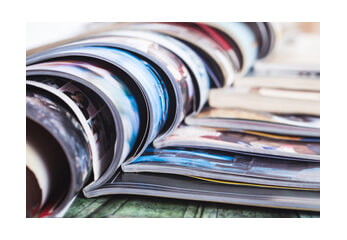 aufgeschlagene Print-Magazine
